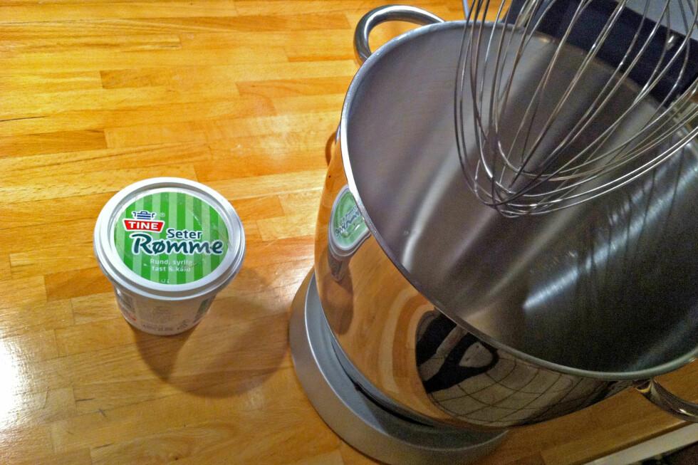 Alt du trenger for å lage smør er fløte - eller rømme - og en kraftig visp. Det er også en fordel at denne kan stå på et stativ slik at du slipper å holde, for dette tar tid.  Foto: Elisabeth Dalseg