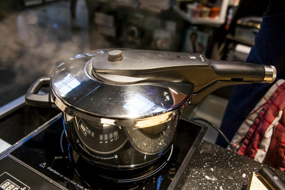 Når det er fullt trykk, skrur du ned platen slik du vanligvis vil gjøre når du småkoker, til 3-4. Foto: Per Ervland