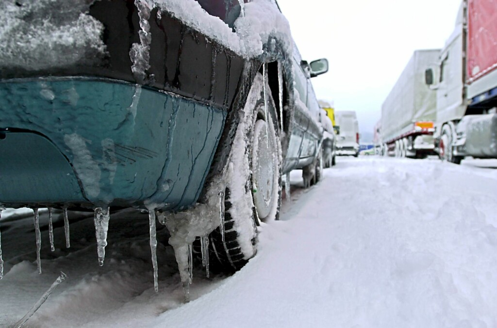 Mange glatte veier rundt i landet nå. Vasker du dekkene jevnlig, blir veigrepet bedre. Foto: Colourbox.com