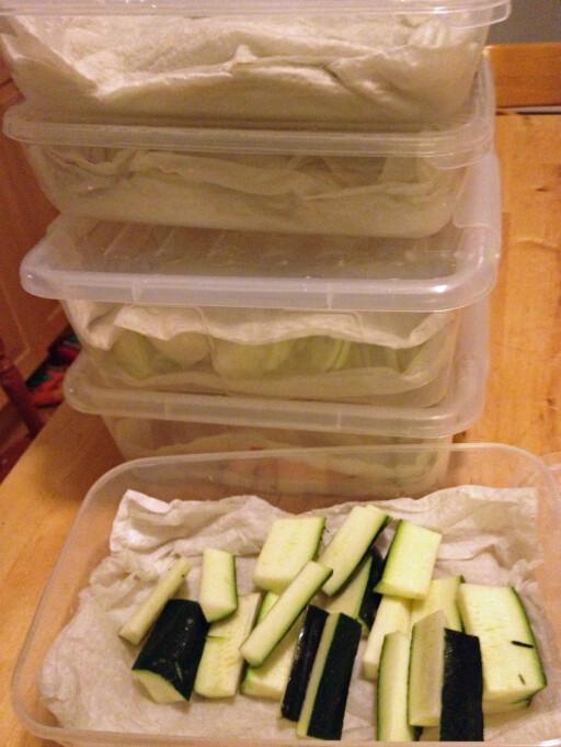 Noen grønnsaker kan du fint skjære opp, andre bør du kun skrelle og rense. Foto: Berit B. Njarga
