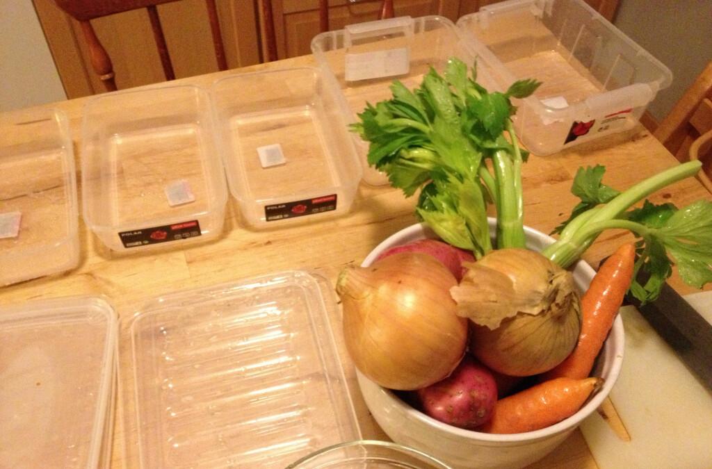 Finn frem en boks til hver grønnsak, og en egen boks til alt skrellet. Foto: Berit B. Njarga