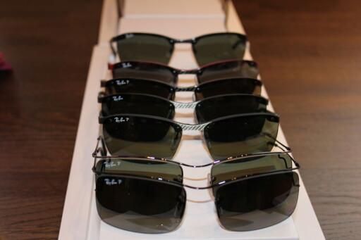 POLAROID-TESTEN: Du ser enkelt gjennom ett og ett polarisert brilleglass, men når de overlapper blir det helt svart.  Foto: Elisabeth Dalseg