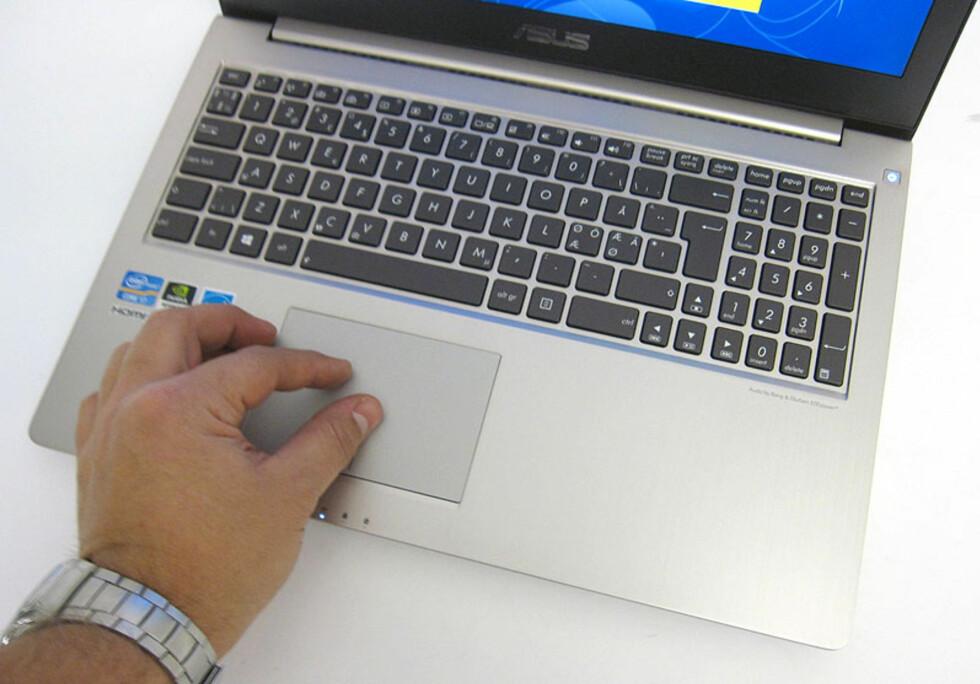 Bra tastatur og multiberøringsfølsom pekeplate.