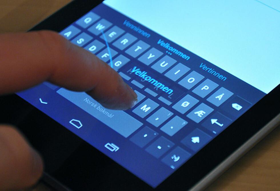 Det nye Android-tastaturet lar deg sveipe fingeren over knappene uten å slippe den mellom hver knapp. Her demonstrert på storebror Nexus 7.