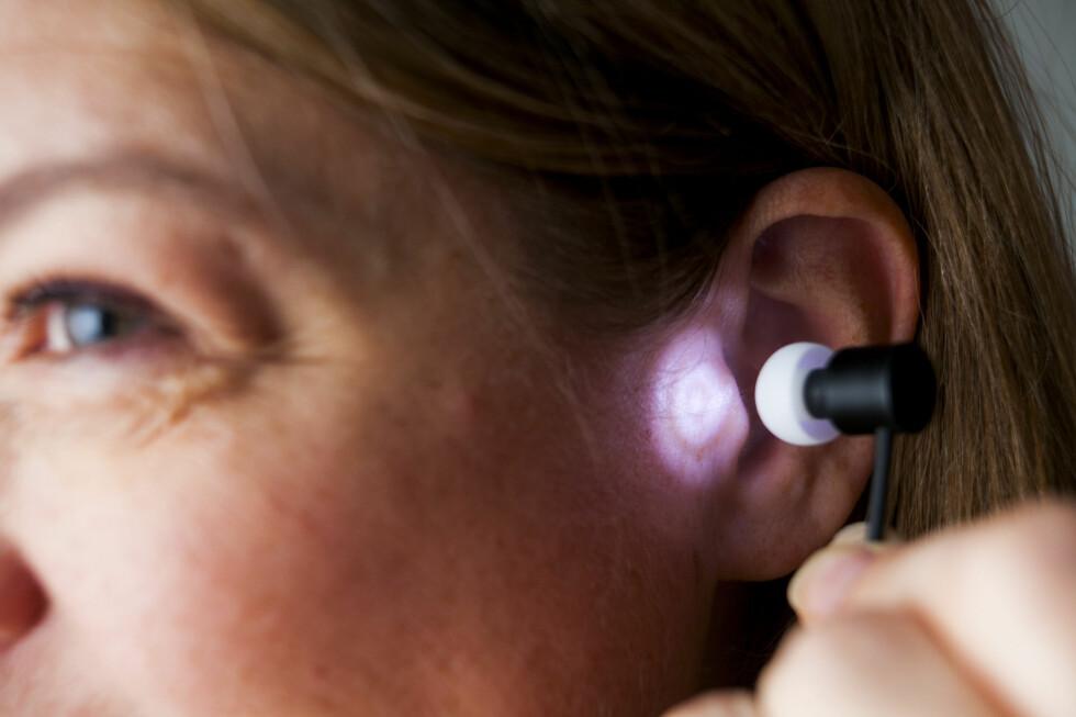 LYS I ØRET: Ørepluggene som kommer ut av Valkee-boksen gir deg ikke lyd, men lys. Dette skal finne veien til hjernen, som i sin tur skal gjøre deg kvikkere på mørke vinterdager.  Foto: Per Ervland