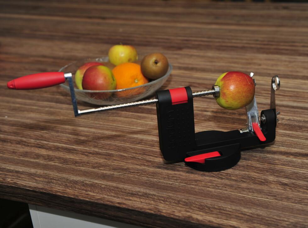 SKRELLER FOR DEG: Bodum Bistro Peeler skal skrelle både epler, pærer og poteter. Vi har testet. Foto: Kristin Sørdal