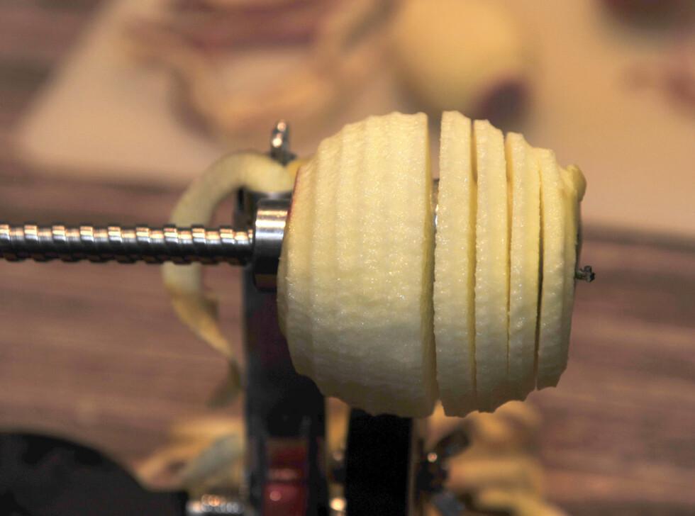 Skrellet, utkjernet og skivet eple. Foto: Kristin Sørdal