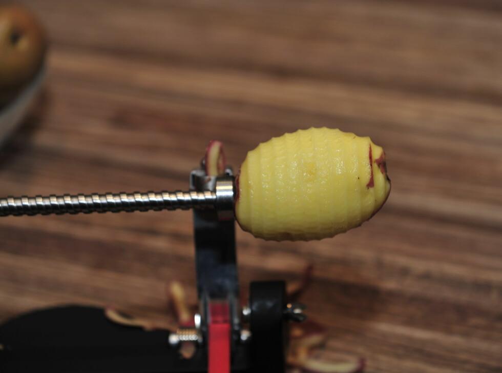 Skreller greit vanlige poteter som er ganske jevne i formen. Vi erfarte at vi helst måtte stille kniven slik at den skrellet av et ganske tykt lag, for å få skrellet potetene helt rundt og for å ta opp eventuelle ujevnheter. Da blir svinnet stort. Foto: Kristin Sørdal