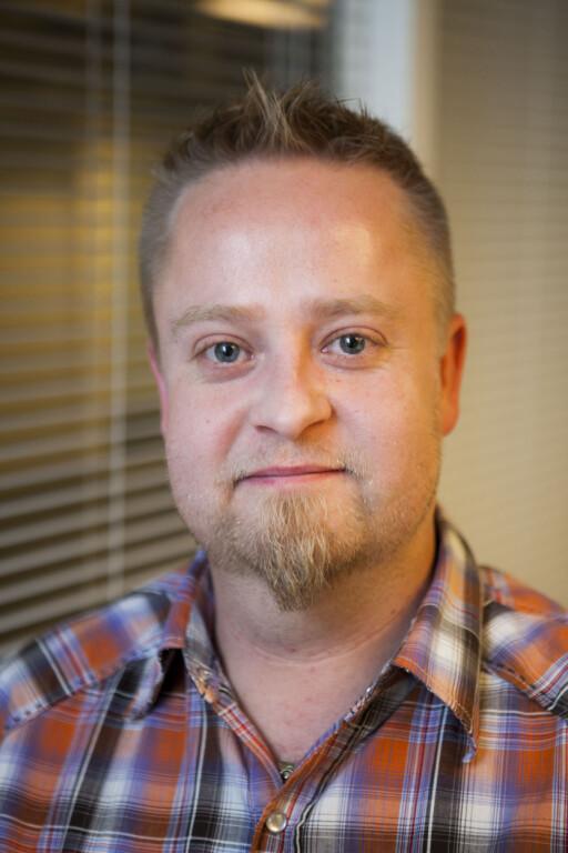 Per Øyvind Arnesen i NORØL gir tips om lagring av øl. Og noen øl bør du helst drikke om et par år. Foto: Per Ervland