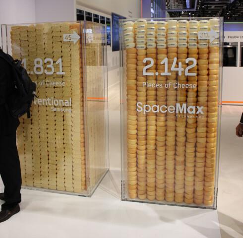 Samsung illustrerte plassutnyttelsen med ostestykker på IFA-messen i år: Du får plass til 2.142 stykker ost i et kjøleskap som er isolert ved hjelp av SpaceMax-teknologien, mot normalt 1.831. Isolasjonslaget er da redusert fra 45 til 30 mm. Foto: Elisabeth Dalseg