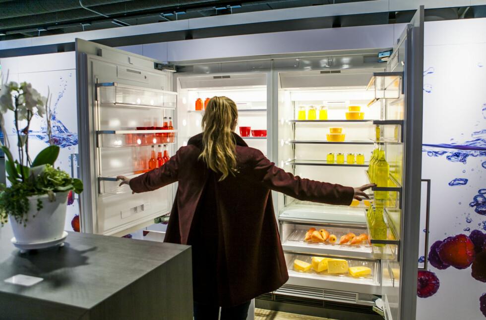 Denne dobbeltkjøleløsningen fra Miele er 180 cm bred, og er satt sammen av et kombiskap til venstre, og til høyre et rent kjøleskap.  Foto: Per Ervland
