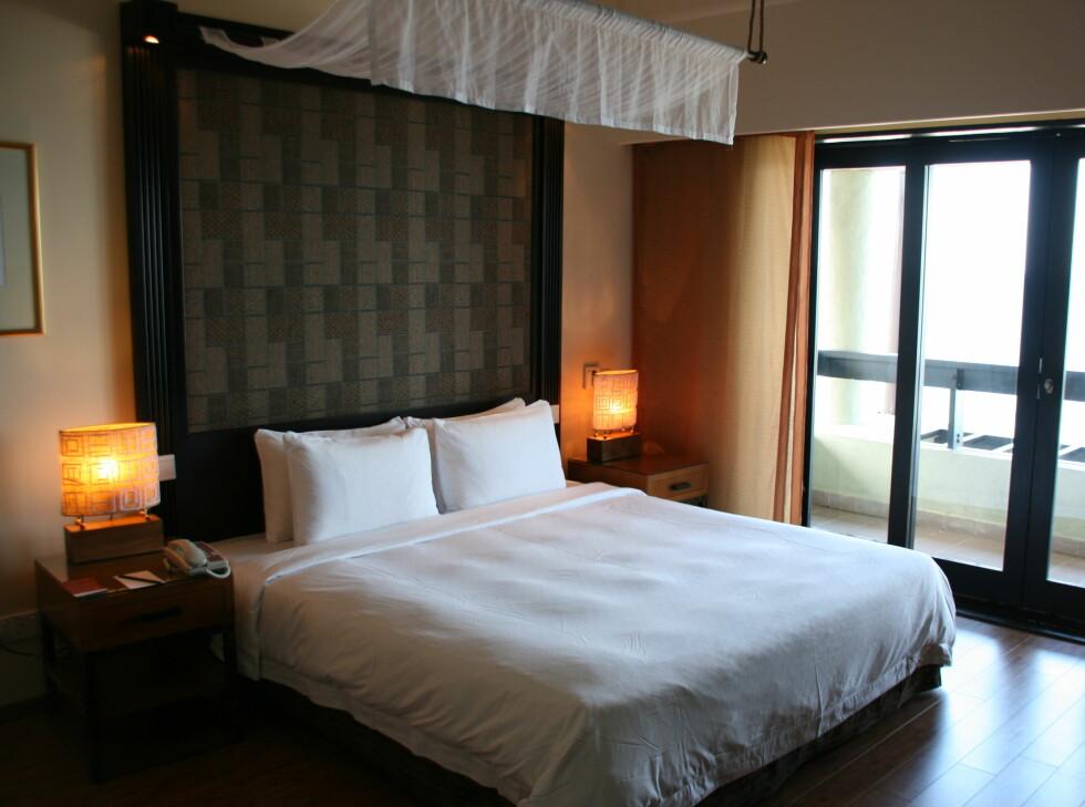 Sengegavl, symmetri, ton-i-ton, heldekkende gardiner ... Her fra et hotellrom DinSide har besøkt i Malaysia. Foto: Stine Okkelmo