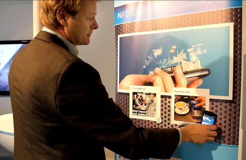 FARLIG: Seniorforsker Arne Munch-Ellingsen i Telenor har tidligere vist DinSide hvordan de ønsker at reklameplakater skal bruke NFC. Han skrøt da av at mobilen ble sendt direkte til nettstedet plakaten ønsket, men hvordan vet brukeren at ingen har tuklet med plakaten?  Foto: Ole Petter Baugerød Stokke