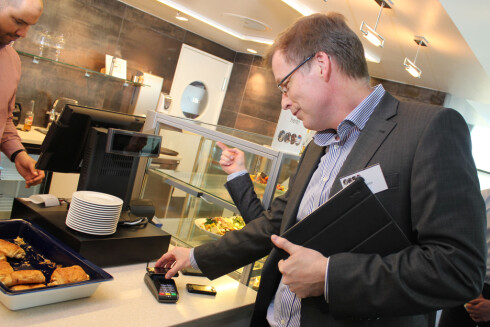 MOBIL SOM LOMMEBOK: Mobilbetaling via NFC er på full vei inn, også i Norge. Her prøver banksjef Peer Theien i DNB seg under Telenors NFC-konferanse tidligere i år.  Foto: Ole Petter Baugerød Stokke