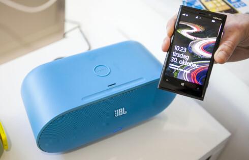 """BRUKERVENNLIG: Her ser du Nokias nye toppmodell Lumia 920 som Bluetooth-parrer seg automatisk med en trådløs høyttaler via NFC. Men om """"høyttaleren"""" i virkeligheten bare er en NFC-lapp laget av kriminelle, kan mobilen i prinsippet parre seg med en PC for å gi full tilgang til telefonens filer.  Foto: Per Ervland"""