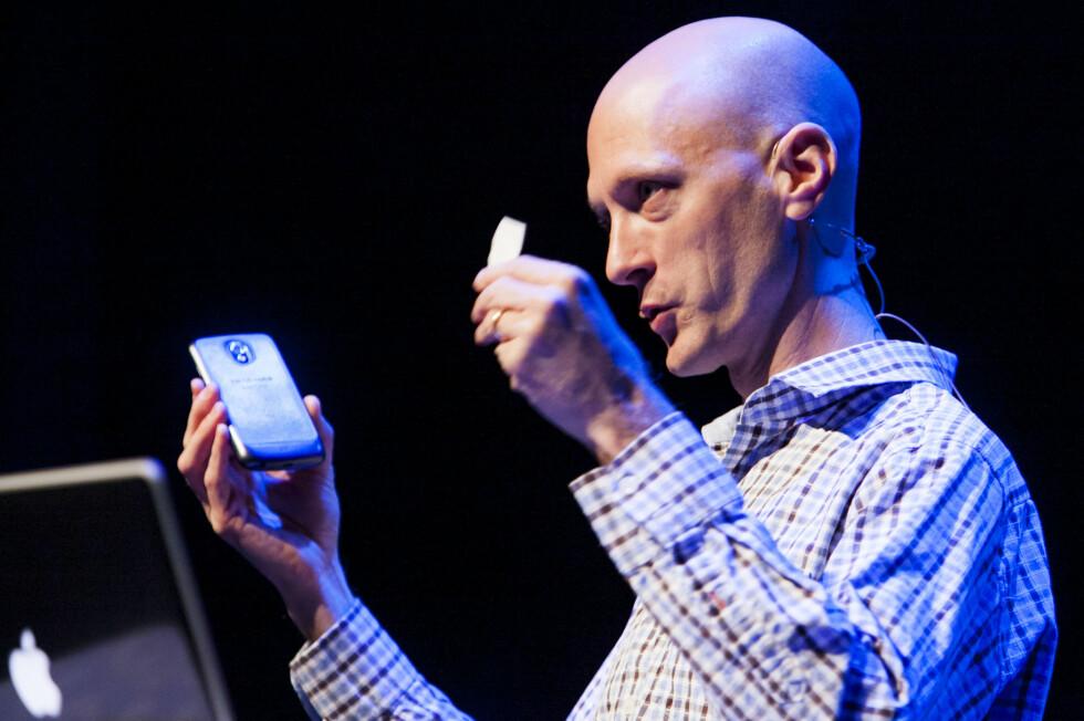 SKUMMELT: På Paranoia-konferansen i Oslo denne uken viste sikkerhetsforskeren Charlie Miller frem hvordan han blant annet tok kontroll over en Nexus S-telefon ved hjelp av en NFC-lapp.  Foto: Per Ervland