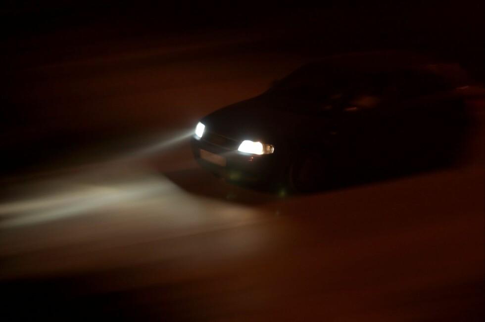 Kjører du med feil på lysene eller dårlig skrapte ruter, kan det gi deg en bot på 2.000 kroner. Foto: All Over Press