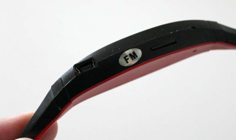 En vanlig miniUSB-tilkobling sørger for lading, men ikke overføring av musikk. Kabel følger med.