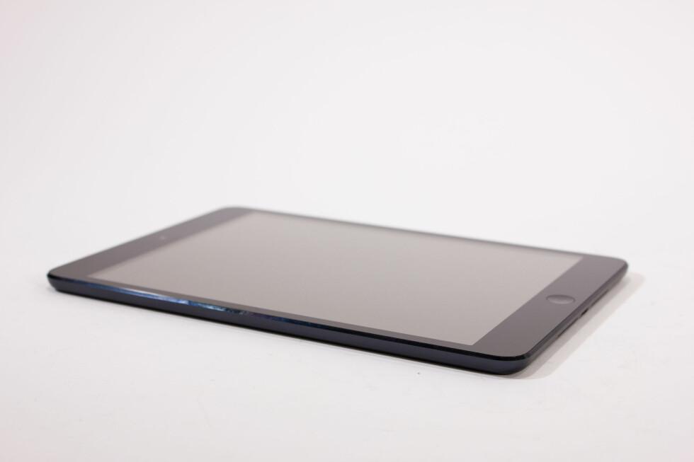 <strong><B>ENDA TYNNERE:</strong></B> iPad mini er merkbart tynnere enn de største iPadene, og oppsiktsvekkende nok er den også tynnere enn iPhone 5.