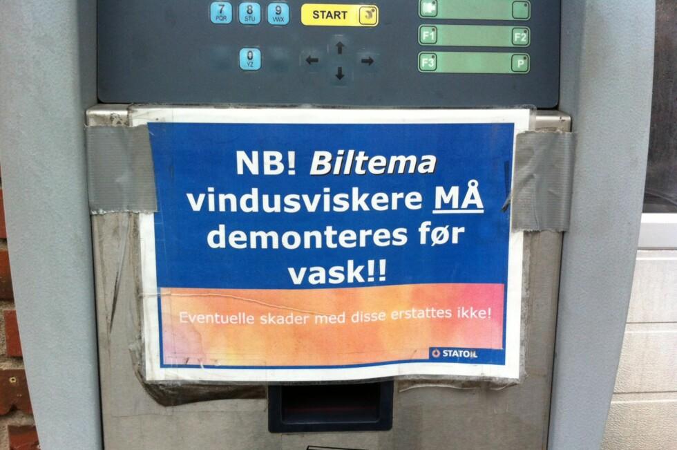 VISKERE I VASKEN? Statoil Slemmestad hadde følgende oppfordring på bilvaskeautomaten. Inntil DinSide tok kontakt. Da ble den resolutt fjernet. Foto: Fred Magne Skillebæk