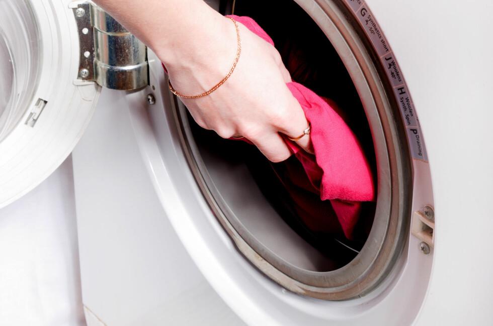Vask over gummilisten rundt døren jevnlig, for å unngå at det dannes belegg og dårlig lukt. Foto: Colourbox.com
