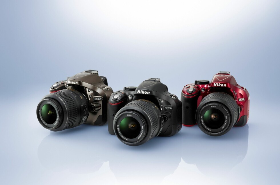 Nikon D5200 kommer i fargene bronsje, sort og rødt. Foto: Nikon