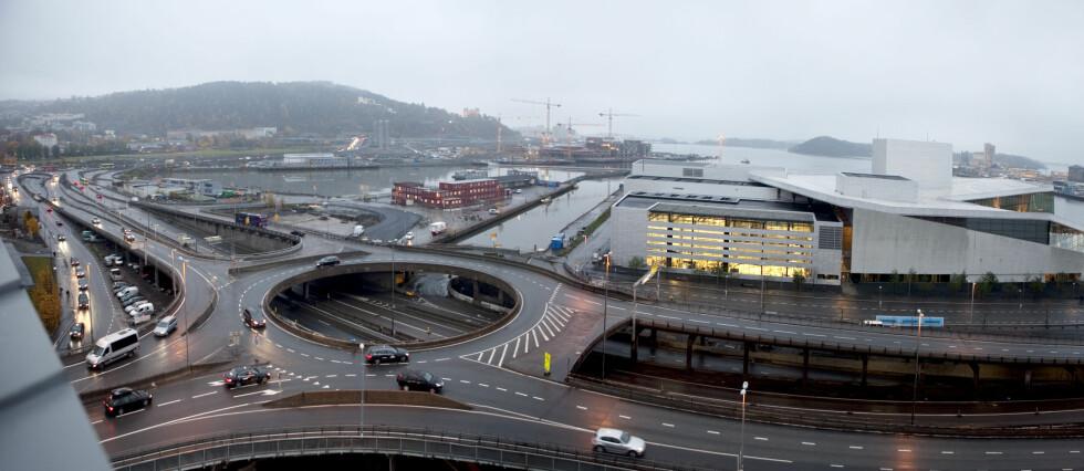 """""""BARE PÅ GJENNOMREISE?"""" Du må fremdeles betale piggdekkgebyr. (Bildet er forøvrig fra den såkalte trafikkmaskinen i Oslo, som nå ikke finnes lenger.) Foto: PER ERVLAND"""