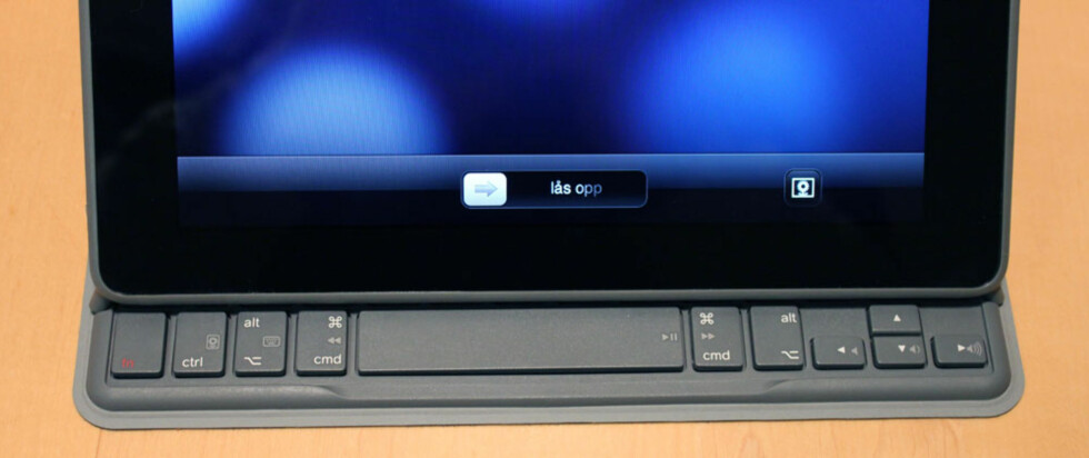 Tastaturet kan også plasseres slik hvis du skal se på film eller lytte til musikk. Da vil disse tastene kunne brukes for å justere lyd, starte og stoppe avspilling, samt skifte spor.