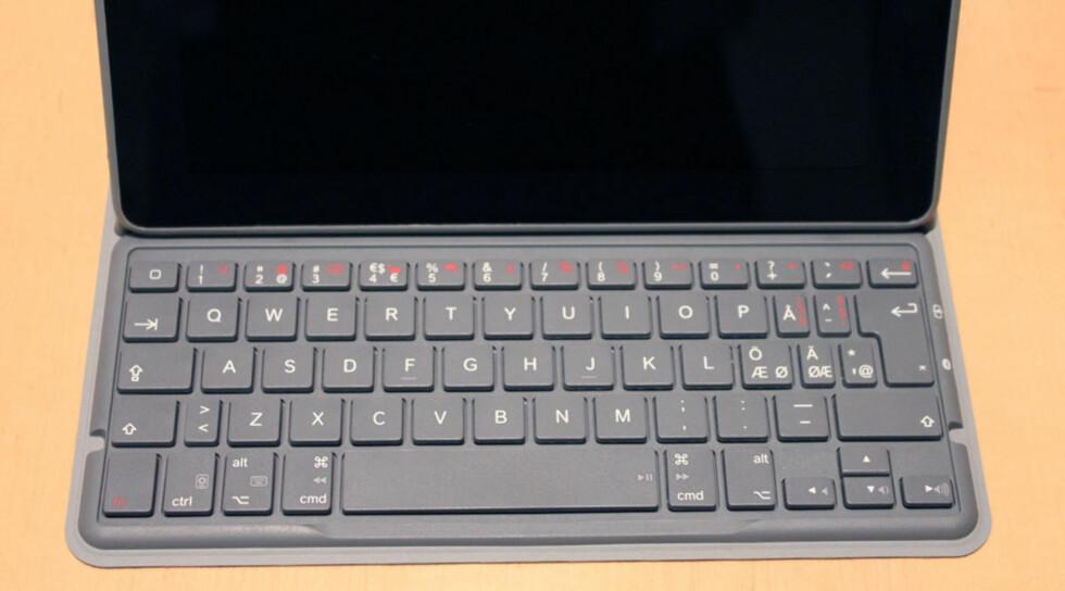 Tastaturet er helt ok å bruke, men merk at de norske tastene Å og Æ er små. Det er til å leve med, mener vi.