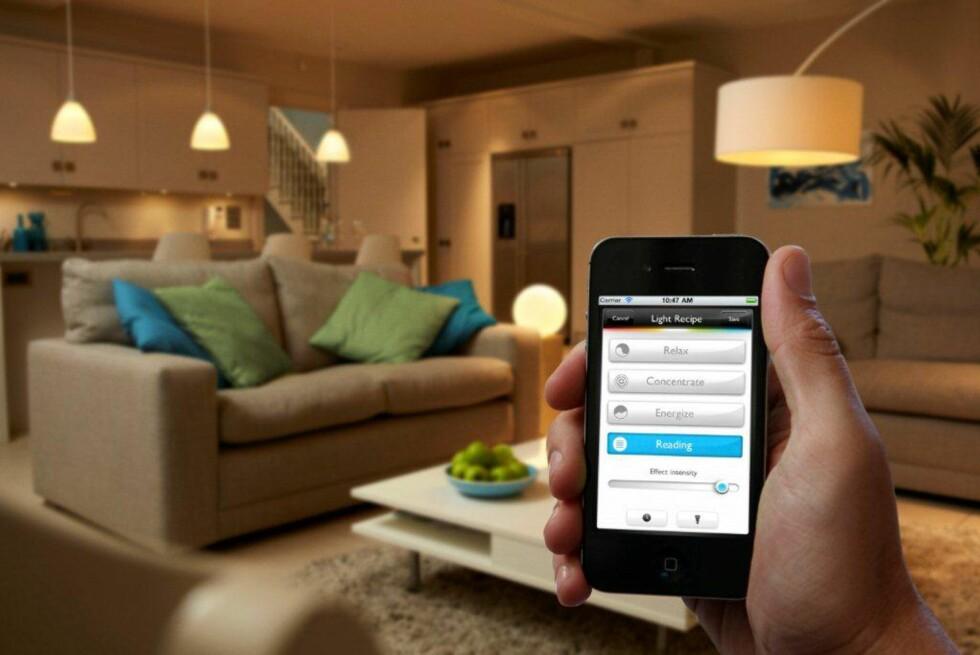SMART LYSSTYRING: Phillips lanserer et nytt produkt: Philips hue. Du kan styre lyspærene fra den andre siden av jordkloden, via smarttelefonen din. Foto: Philips