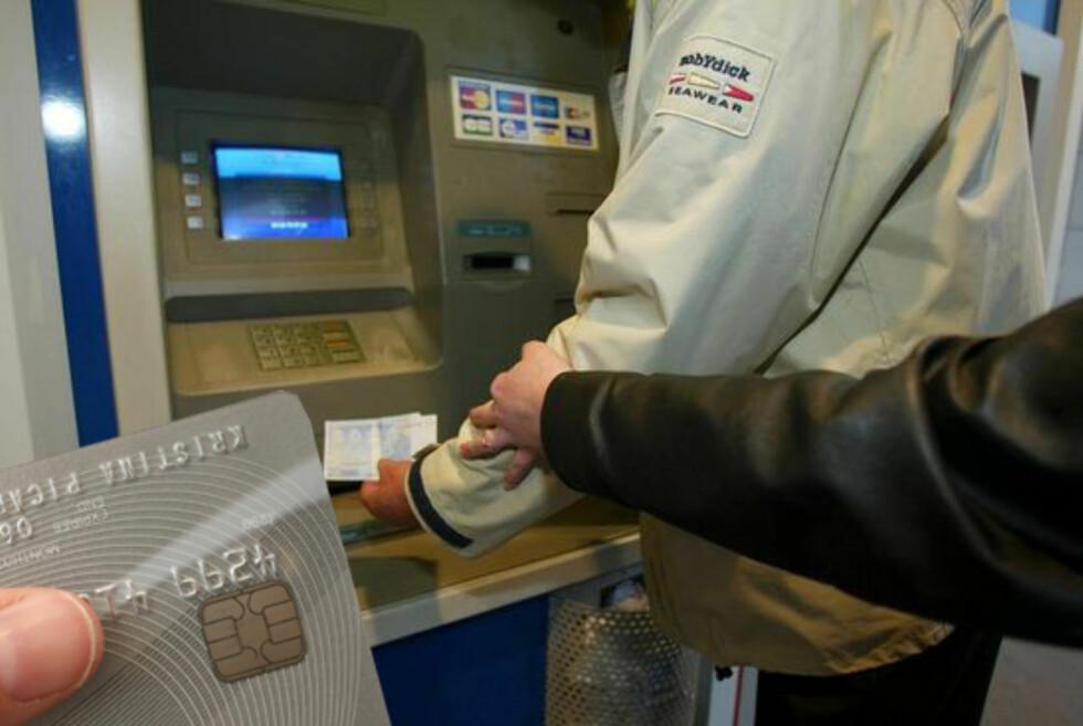 Sørg for at svindlerne ikke sitter igjen med mer enn en stor skuffelse hvis de får tak i bankkortet og pinkoden din.  Foto: Colourbox