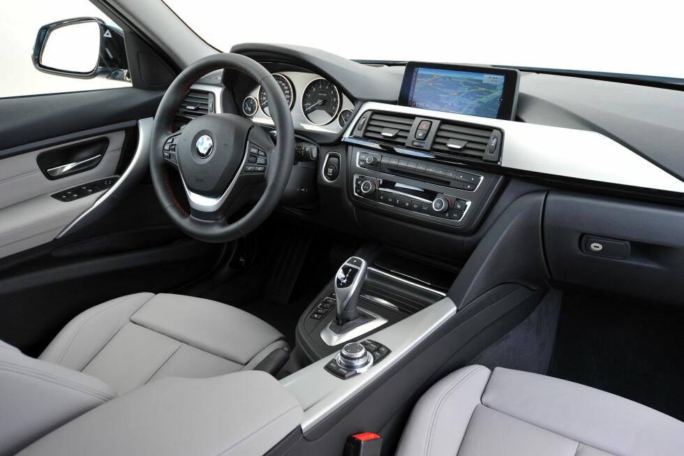 Innvendig er det ikke mye som sladrer om at dette er en hybrid-BMW. Foto: BMW