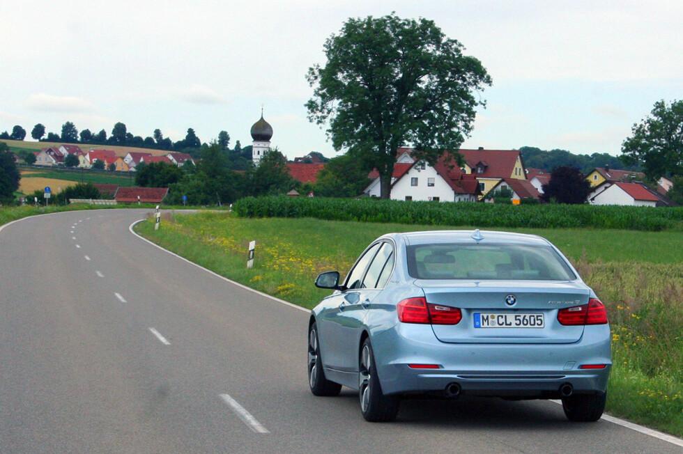 """Dette er hybridutgaven av BMWs 3-serie, ActiveHybrid 3. Det betyr ikke at det dreier seg om noen sløv """"spare""""-versjon - snarere tvert i mot! Med sine 340 hybrid-hestekrefter klarer den 0 til 100 på 5,3 sekunder. Foto: Knut Moberg"""