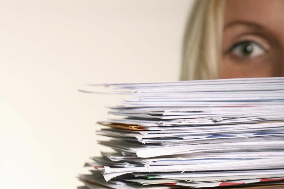 Om regningene har hopet seg opp, kan du enkelt sjekke om en av dem har utviklet seg til å bli en betalingsanmerkning. Foto: Istock