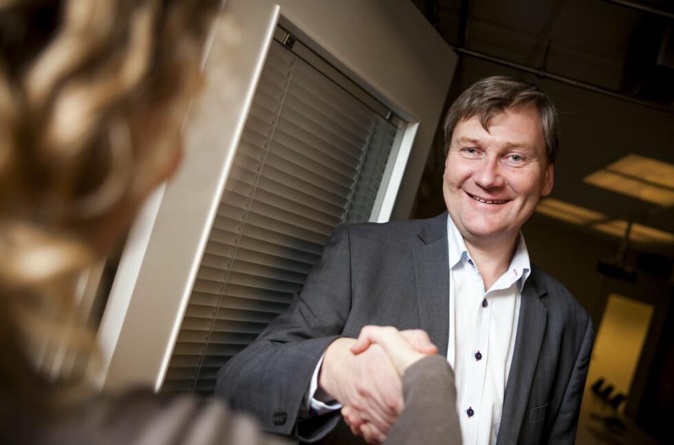 Banksjef Helge Dalen i Bank2 holder døra på gløtt for deg som har betalingsanmerkninger. Men det billigste er å ordne opp selv.  Foto: Per Ervland