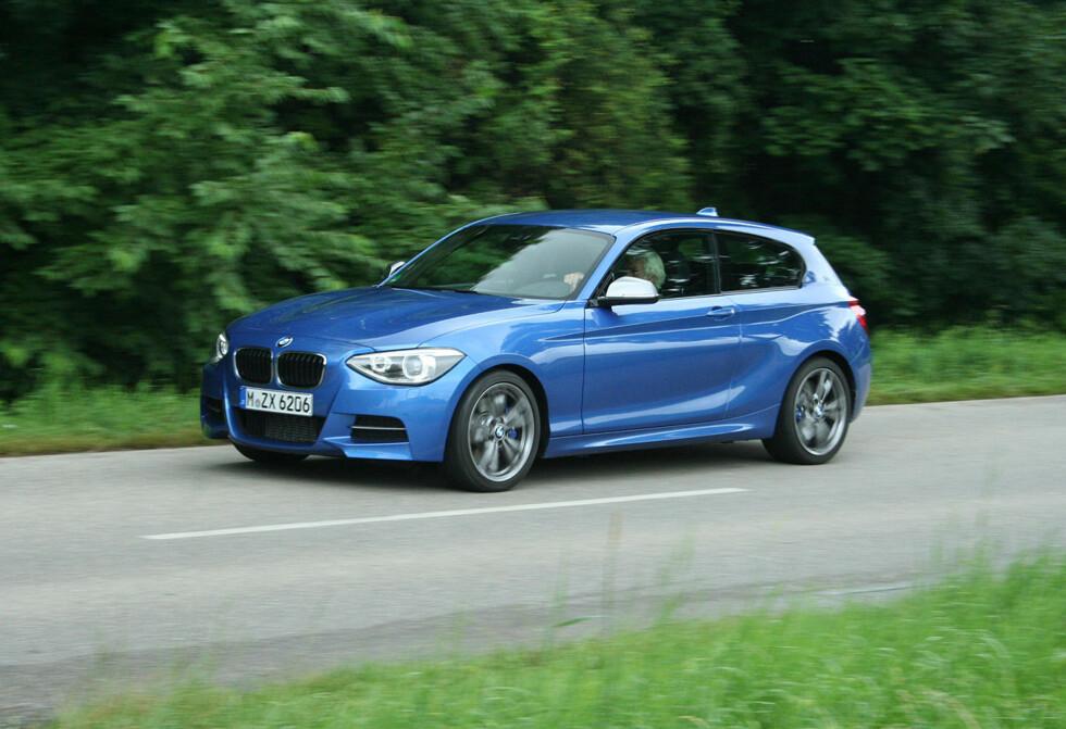 """Det er detaljene som avslører den. Tredørsversjonen av BMWs 1-serie får sitt flaggskip fra start: Uten å være en """"ren"""" M-bil, er M 135i en GTI-killer med sine 320 hester og 0 til 100 på 4,9 sekunder (med 8-trinns automat). Foto: Knut Moberg"""