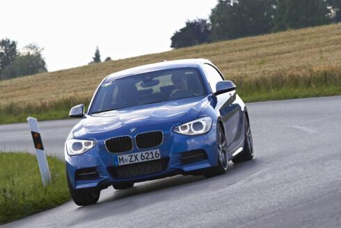 BMW M135i sitter som en klegg i svingene. Dette er ren kjøremoro!