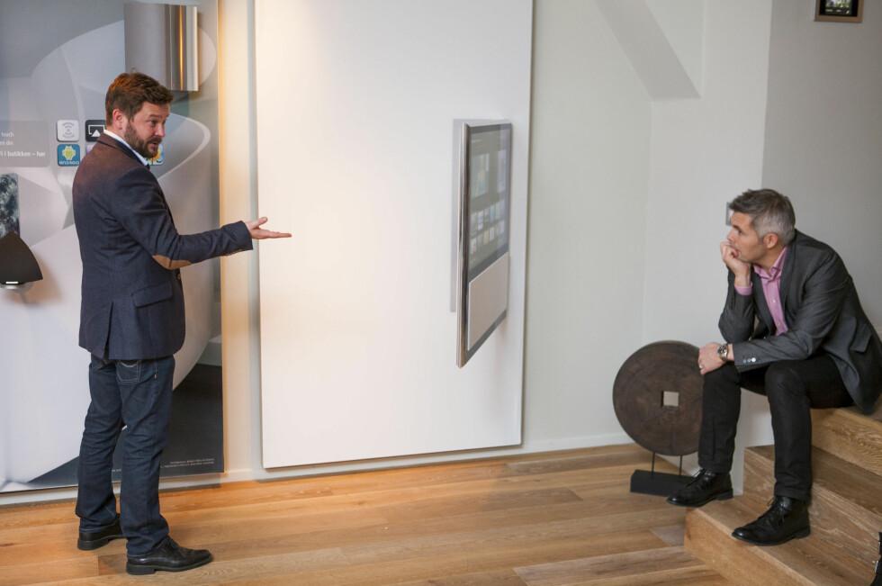 Veggfestet til BeoVision-TV-ene kan svinge TV-en ut hele 90 grader fra veggen- og du kan styre det hele med iPaden din.  Foto: Per Ervland