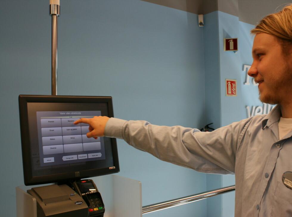 Her viser Petter oss hvordan man bruker kasseløsningen. Foto: Berit B. Njarga