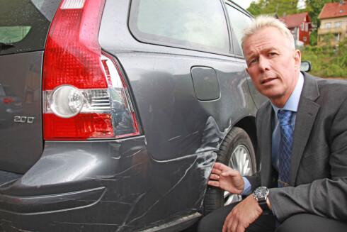 Arne Voll i Gjensidige Forsikring med eksempel på parkeringsskade. Foto: GJENSIDIGE