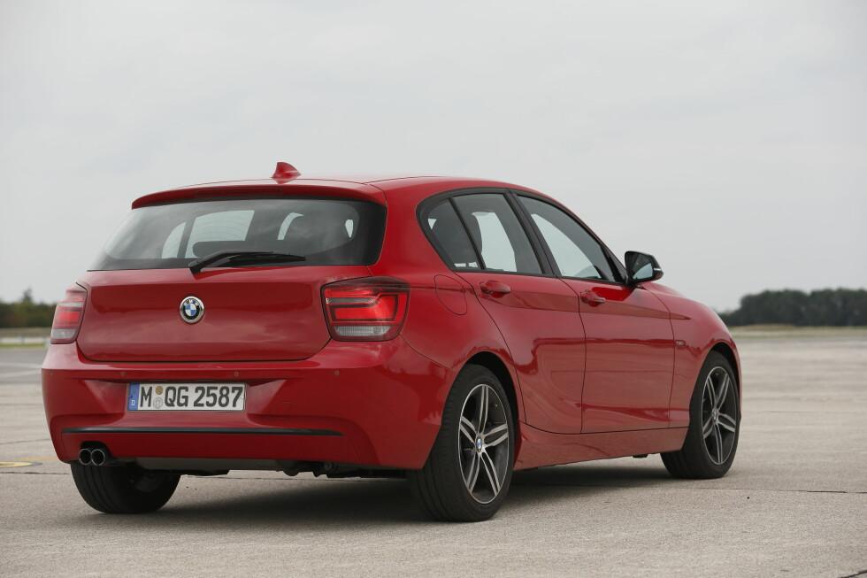 """Den ser ut som en helt vanlig BMW 1-serie, ikke sant? Vel, det er den ikke. Dette er prototypen vi fikk kjøre på BMWs testanlegg i München og som sjokkerte oss ved å ha en """"avsagd"""" rekkesekser under panseret - altså bare tre sylindre - på en halv liter hver. Men vi kan skrive under på at det fungerer. Riktig så bra, faktisk."""