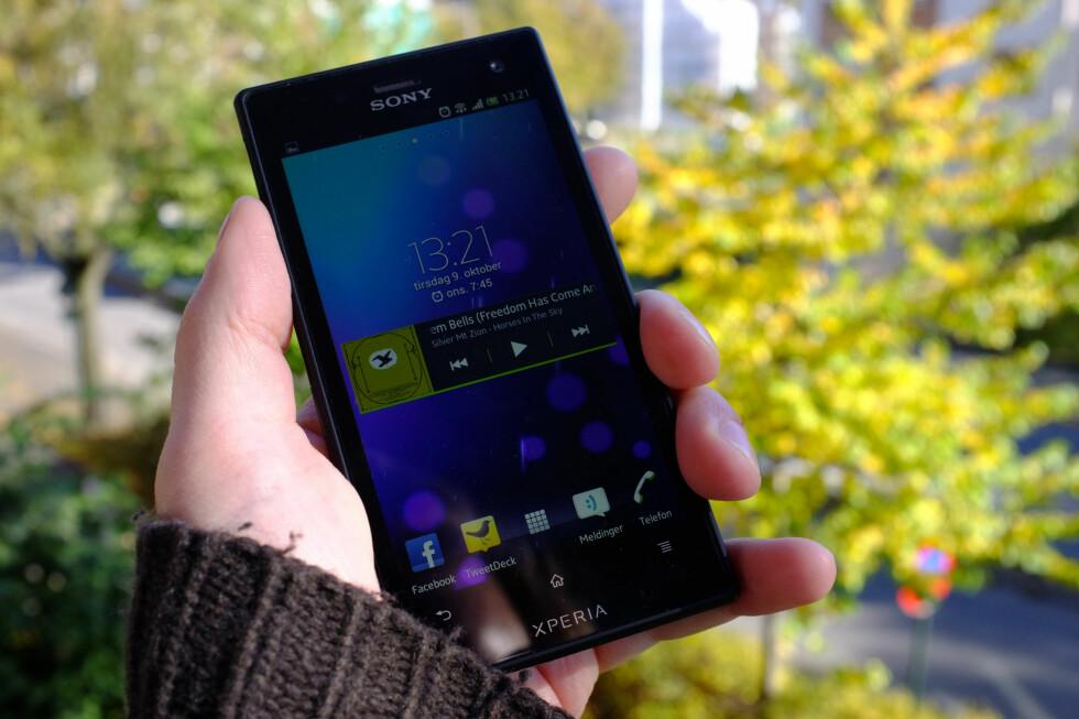 GREI NOK: Sony Xperia Acro S ender i våre øyne opp som en fin telefon ytelsesmessig, som i tillegg tåler en trøkk, men problemene er såpass store at den ikke fortjener mer enn terningkast tre. Foto: Ole Petter Baugerød Stokke