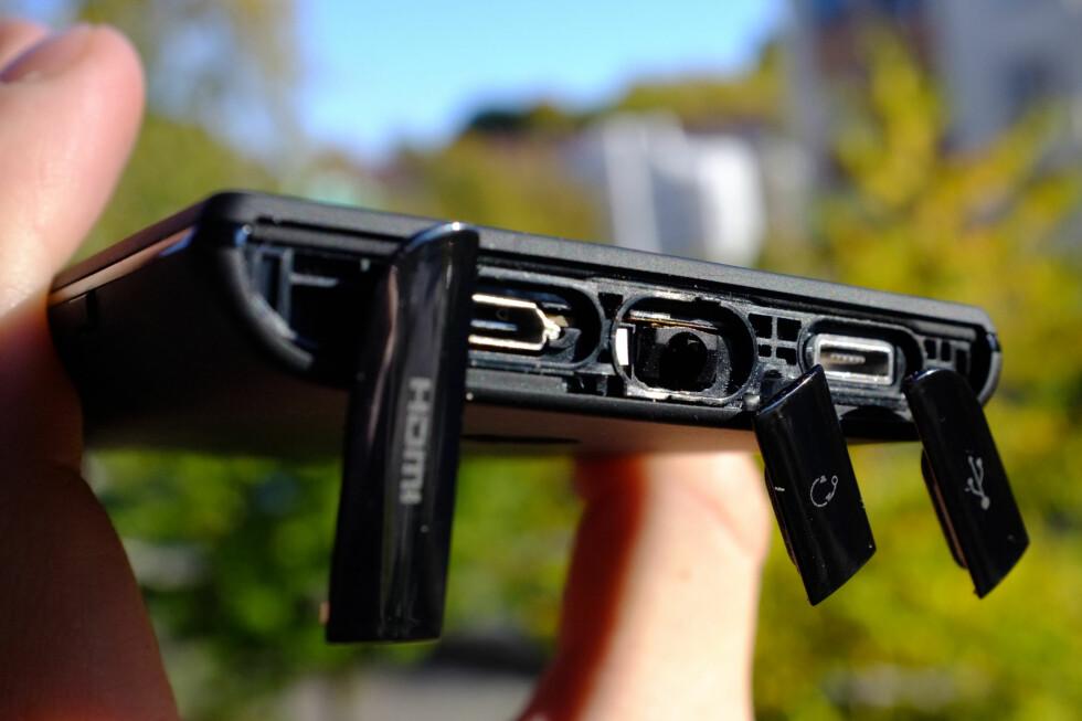 INNGANGER: Du finner lyd-, HDMI- og USB-inngang under de tre dekslene på toppen av Sony Xperia Acro S. Det blir litt knotete å bruke, men sikrer telefonen mot vann og annet utyske. Foto: Ole Petter Baugerød Stokke