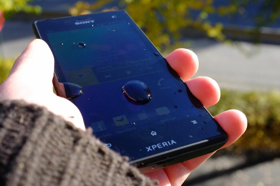 TAKLER VANN: Sony Xperia Acro S er en telefon som tåler både vann og støv. Ikke dumt nå i høst, hvor himmelen lukker og åpner seg i ett kjør.  Foto: Ole Petter Baugerød Stokke