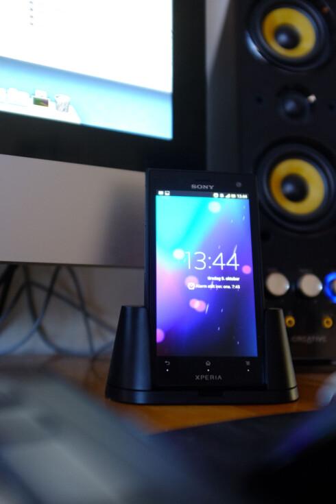PENT: Android 4.0 på Sony Xperia Acro S er pen å se på, og med den medfølgende dokken får du en fin sak på pulten.  Foto: Ole Petter Baugerød Stokke
