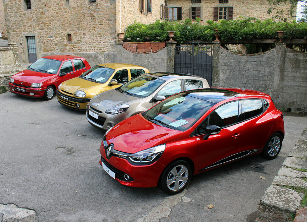 Litt av en utvikling fra første generasjon Renault Clio(1990-bortest) til fjerde (2012-hitterst). Foto: Knut Moberg