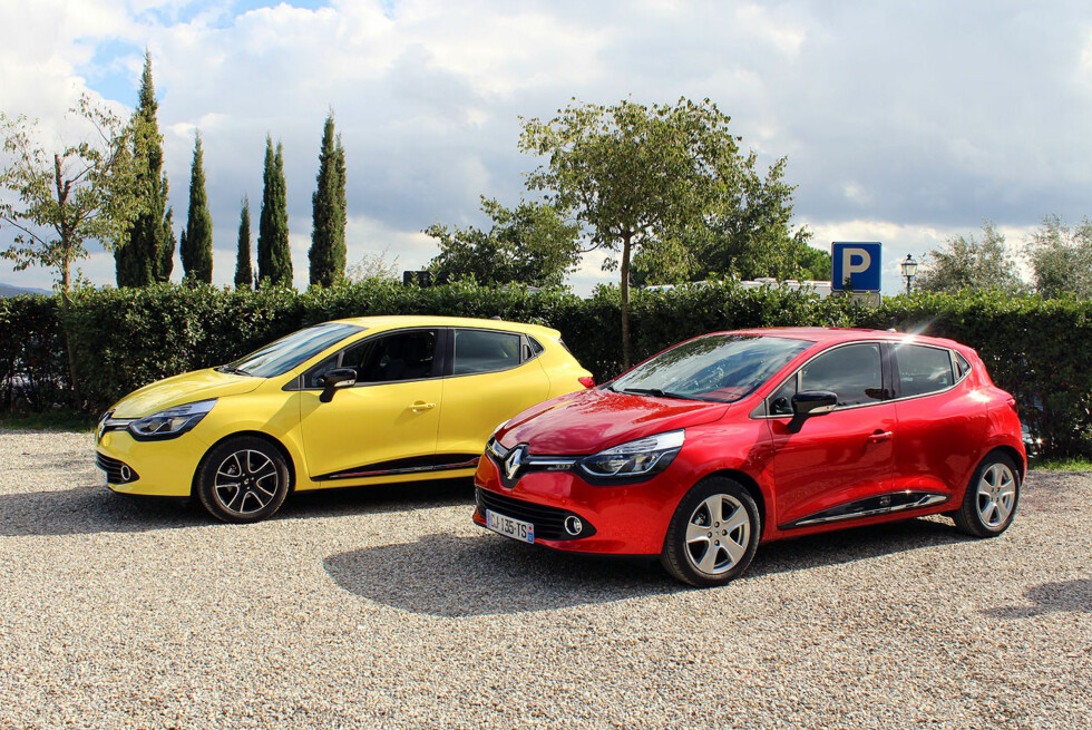 Ny og spennende Renault Clio er nå prøvekjørt til mer enn godkjent. Testbilene vi kjørte er disse to. Den gule har en 0.9-liters tresylindret bensinmotor på 90 løpshester, den røde en 1.5 diesel med like mange fjordinger. Foto: Knut Moberg