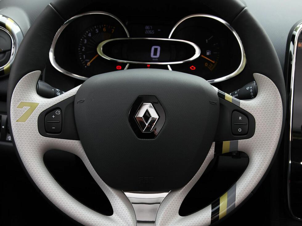 Dette rattet hadde vi i den gule Clioen - det er en del av personnaliseringsprogrammet, der du selv velger detaljer i et ellers standard-interiør.