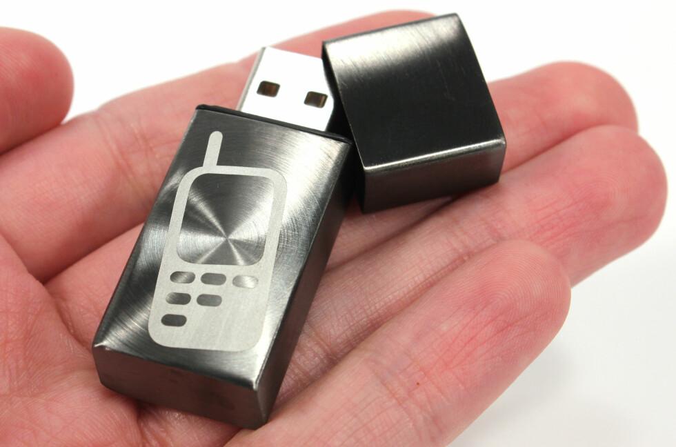 DYR PLUGG: For 999 kroner får du kjøpt Cell Phone Recon på Teknikmagasinet. Selve minnepinnen kan ikke brukes til noe som helst, men det kan programvaren du får lisens til: Overvåke andres mobiler.  Foto: Ole Petter Baugerød Stokke