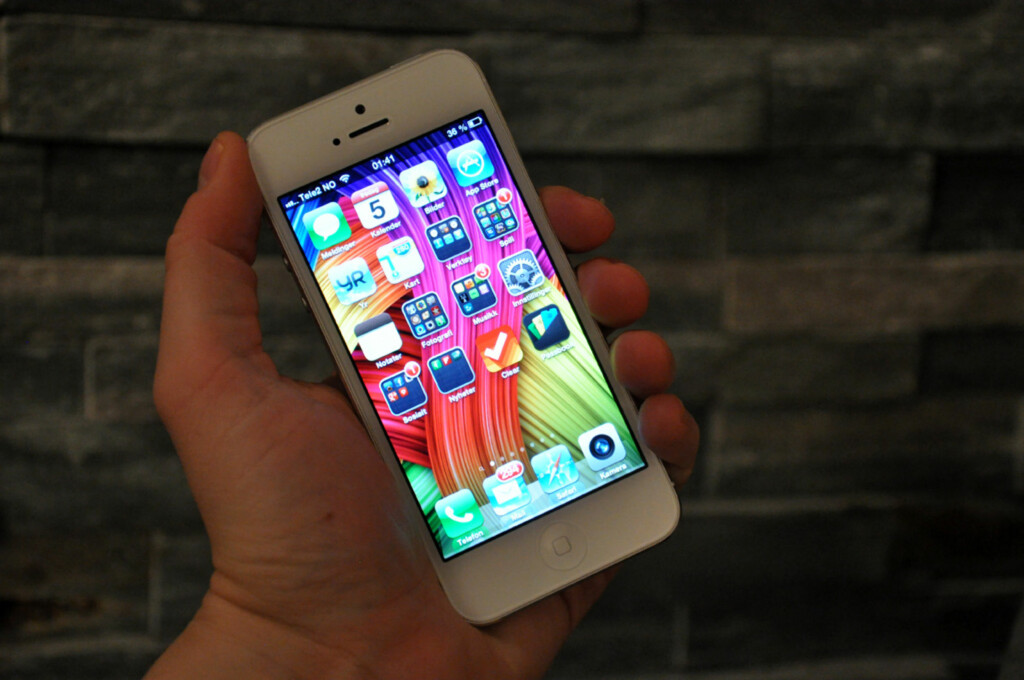 iPhone 5 er blitt høyere enn før, men har beholdt bredden. Dessuten er den både lettere og tynnere og sitter virkelig godt i hånda. Foto: Pål Joakim Olsen